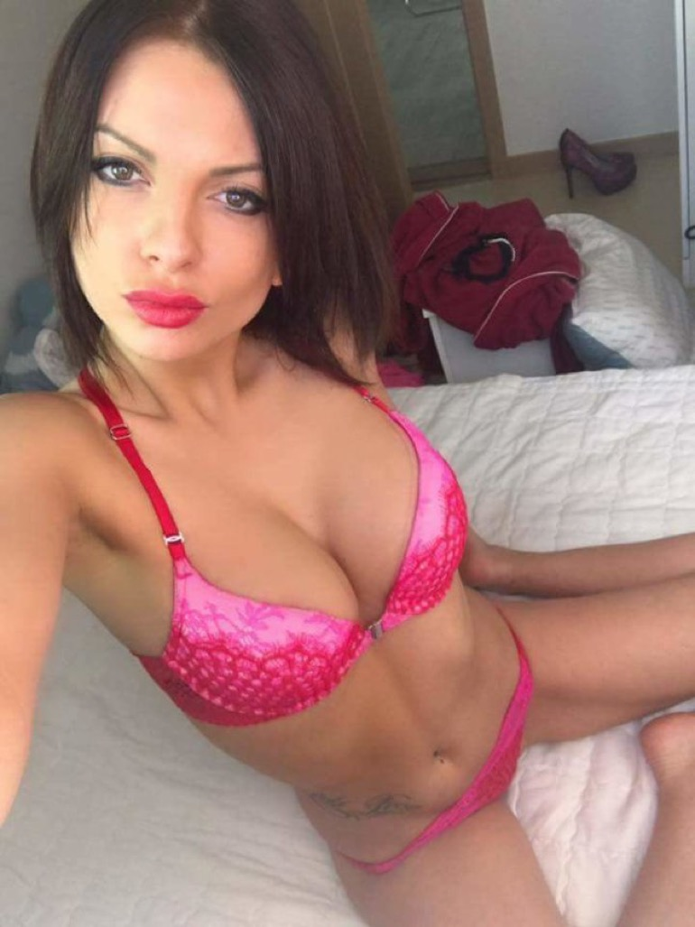 Encore une bonne nana bien foutue en bikini