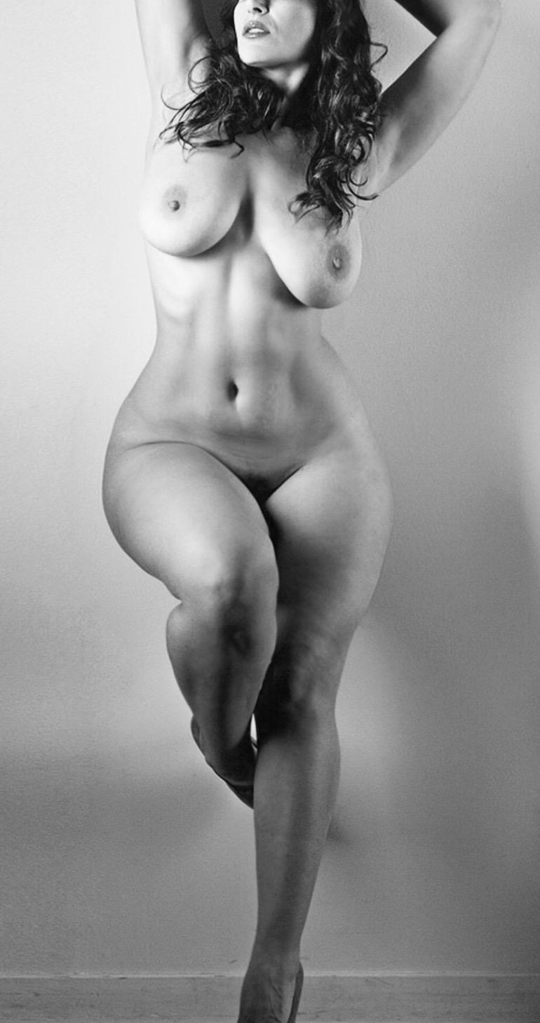женские полные бедра обнаженные фото уважает женщину